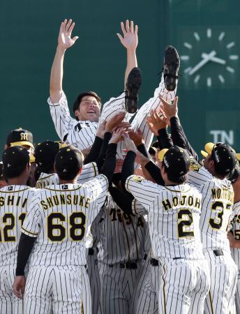 引退セレモニーで胴上げされる阪神の横田慎太郎外野手=26日、鳴尾浜球場