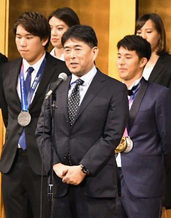 世界選手権の報告会であいさつする競泳日本代表の平井伯昌ヘッドコーチ=26日、東京都内