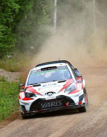 2017年の世界ラリー選手権で走行するトヨタのマシン=フィンランド・ユバスキュラ(共同)