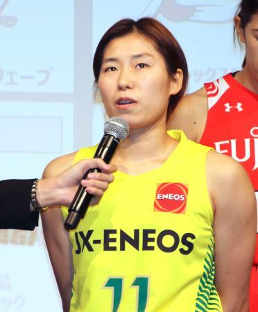 記者会見で今季の目標を語るJX―ENEOS主将の岡本=27日午後、東京都内