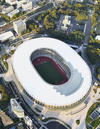 完成間近となった新国立競技場。東京五輪・パラリンピックのメインスタジアムとなる=25日