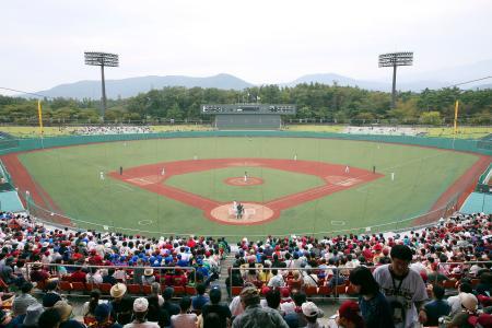 新たに人工芝を敷くなどの改修を終え、初の試合が行われた福島県営あづま球場=28日、福島市