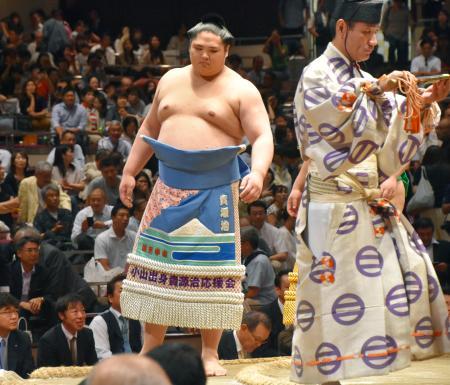 花相撲で土俵入りに臨む貴源治=両国国技館