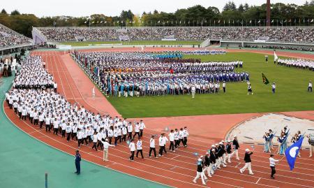 第74回国民体育大会「いきいき茨城ゆめ国体」の総合開会式。左は入場行進する茨城県選手団=茨城県笠松運動公園陸上競技場