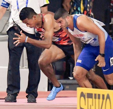 男子100メートル準決勝 スタートするサニブラウン・ハキーム(左)。決勝に進めなかった=ドーハ(共同)