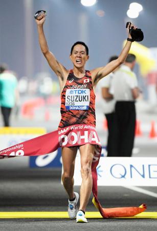 陸上世界選手権の男子50キロ競歩で優勝した鈴木雄介。東京五輪代表に決まった=29日、ドーハ(共同)