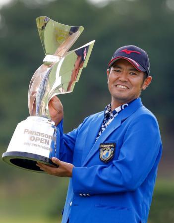 通算21アンダーで4年ぶりの優勝を果たし、カップを掲げる武藤俊憲=東広野GC