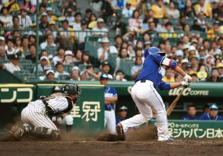 阪神戦の8回、プロ初打席で空振り三振に倒れた中日・根尾。捕手梅野=甲子園