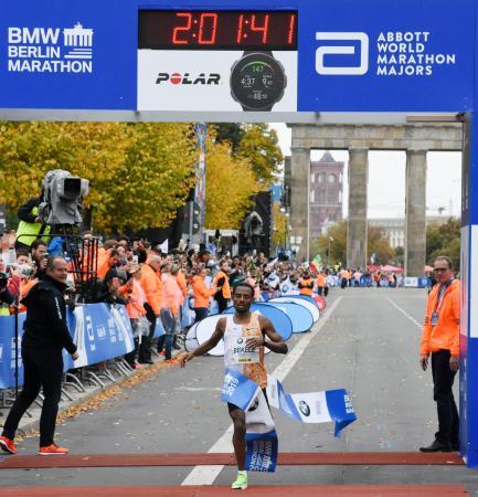 ベルリン・マラソンで世界歴代2位の2時間1分41秒で優勝したケネニサ・ベケレ=ベルリン(共同)