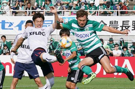 松本―FC東京 前半、ゴールを狙うFC東京・森重(左)=サンアル