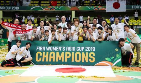 4連覇を達成し、喜ぶ日本の選手ら=ベンガルール(AP=共同)