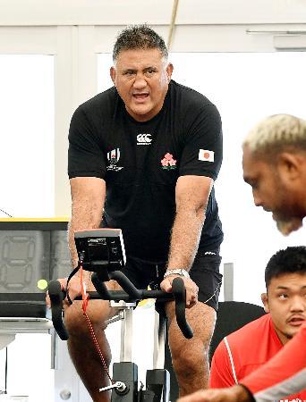 ラグビー日本代表の練習を見つめるジョセフ・ヘッドコーチ=東京都内