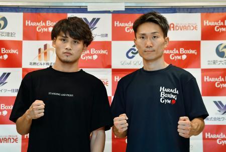 WBAライトフライ級タイトル戦の調印式後、ポーズをとるスーパー王者の京口紘人(左)と挑戦者の久田哲也=30日、エディオンアリーナ大阪