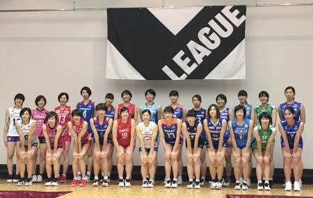 記者会見後、記念写真に納まるバレーボール「Vリーグ」女子の選手たち=30日、大阪市