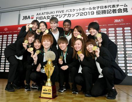 バスケットボール女子のアジア・カップで4連覇を果たし、帰国後の記者会見で記念写真に納まる日本代表の選手たち=1日午前、東京都港区