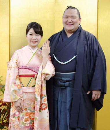 婚約を発表した北勝富士と中山真美さん=1日、東京都墨田区の八角部屋