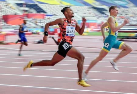 男子400メートル予選 力走するウォルシュ・ジュリアン(右から2人目)。45秒14の2組2着で準決勝進出を決めた=ドーハ(共同)