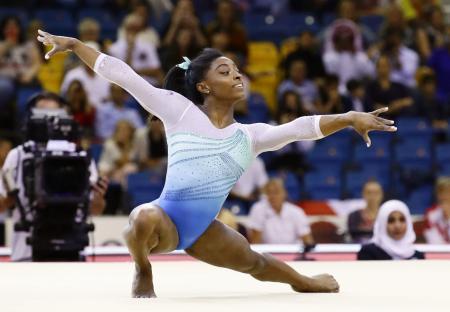 世界体操選手権の床運動で演技するシモーン・バイルス=2018年11月、ドーハ(共同)