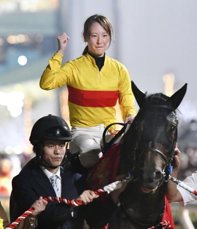 地方競馬の東京盃をコパノキッキングで制し、重賞初勝利を挙げた藤田菜七子=大井競馬場