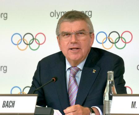 IOC理事会後に記者会見するバッハ会長=3日、スイス・ローザンヌ(共同)