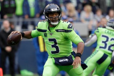 NFL第5週第1日、ラムズ戦でパスを狙うシーホークスのQBウィルソン=3日、シアトル(AP=共同)