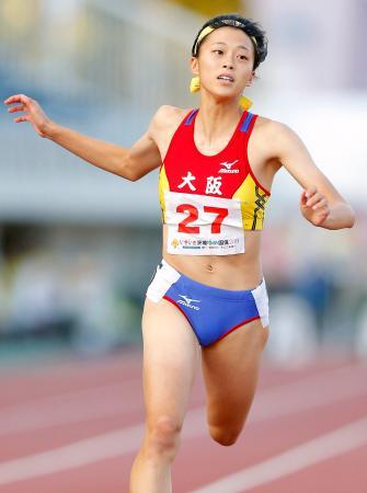 少年女子A100メートル決勝 11秒96で優勝した大阪・青山華依=茨城県笠松運動公園陸上競技場