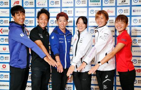 トライアスロンの日本選手権を前に、記者会見でポーズをとる(左から3人目から)北條巧、高橋侑子、佐藤優香ら=5日、東京都内