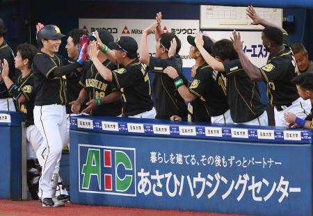7回、3ランを放ちベンチで迎えられる阪神・北條=横浜