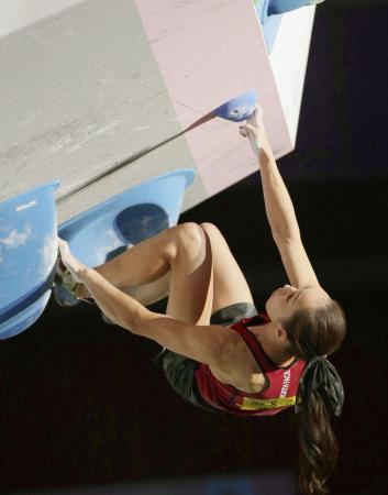 成年女子ボルダリング決勝 2位の茨城・野口啓代。第4課題に挑む=鉾田市総合公園特設競技場