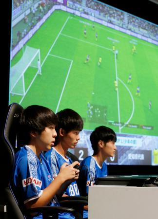 「eスポーツ」の全国都道府県対抗選手権で対戦する選手ら=5日、茨城県・つくば国際会議場