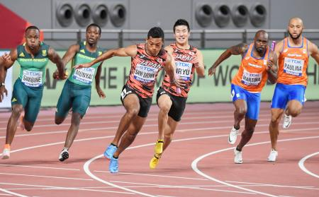 男子400メートルリレー決勝 第3走者の桐生(中央奥)からアンカーのサニブラウン(同手前)へリレー。37秒43のアジア新で銅メダルを獲得、東京五輪出場権も確保した=ドーハ(共同)
