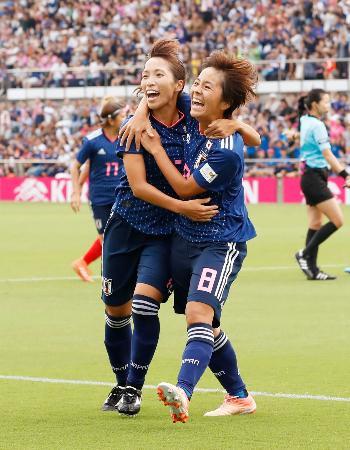 日本―カナダ 前半、先制ゴールを決め、中島(左)と抱き合い喜ぶ岩渕=IAIスタジアム日本平