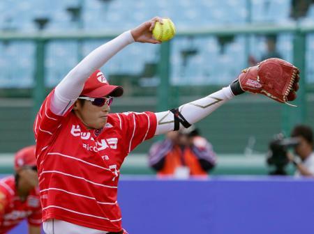 福島県営あづま球場で行われたソフトボールの東京五輪テスト大会で投球する上野由岐子