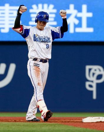 6回、勝ち越し打を放ち、ガッツポーズするDeNA・神里=横浜