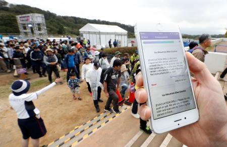 マウンテンバイクの東京五輪テスト大会で、避難訓練に使われた多言語対応のスマートフォン向けアプリ=6日、静岡県伊豆市