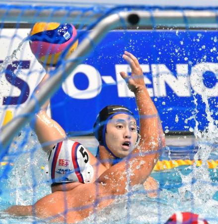 男子決勝でパスを出すKingfisher74の足立=東京辰巳国際水泳場
