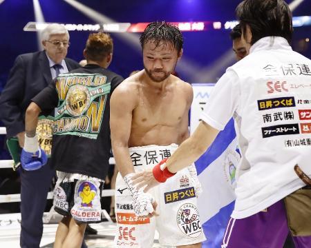 WBCフライ級世界戦で、クリストファー・ロサレス選手(左から2人目)に9回TKOでプロ初黒星を喫した比嘉大吾選手=2018年4月15日、横浜市の横浜アリーナ