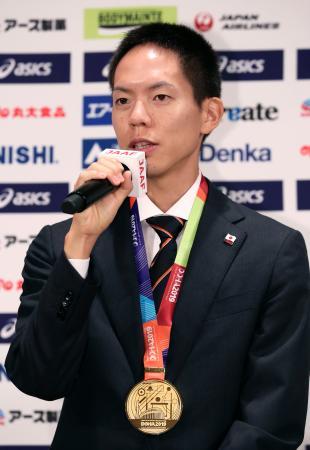 記者会見する男子50キロ競歩で金メダルの鈴木雄介=8日午前、東京都内