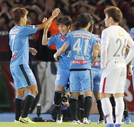 川崎―鹿島 後半、勝ち越しゴールを決め、祝福される川崎・脇坂(左から2人目)=等々力