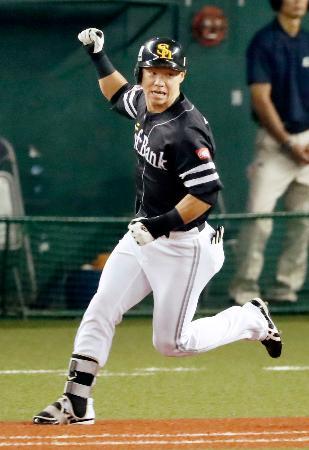 8回ソフトバンク2死一、三塁、左前に同点打を放ちガッツポーズで一塁に向かう代打長谷川勇=メットライフドーム