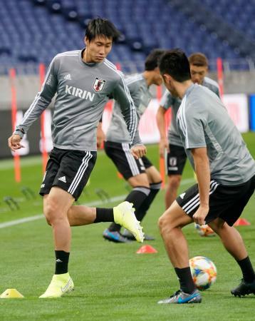 サッカーW杯アジア2次予選のモンゴル戦に向け、調整する鎌田(左)=埼玉スタジアム
