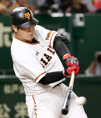 5回巨人2死二塁、岡本が右前に適時打を放つ=東京ドーム