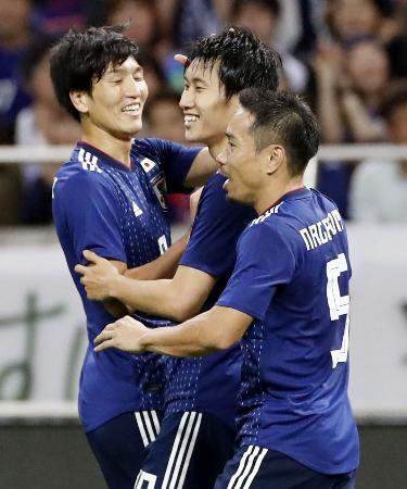 日本―モンゴル 後半、6点目のゴールを決め原口(左)と長友(右)から祝福を受ける鎌田=埼玉スタジアム