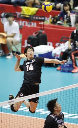 日本―エジプト 第3セット、スパイクを放つ石川=広島県立総合体育館