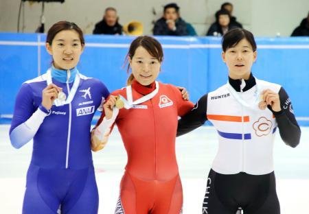 女子500メートルで優勝し、メダルを手にポーズをとる菊池純礼(中央)。左は2位の神長汐音=帝産アイススケートトレーニングセンター
