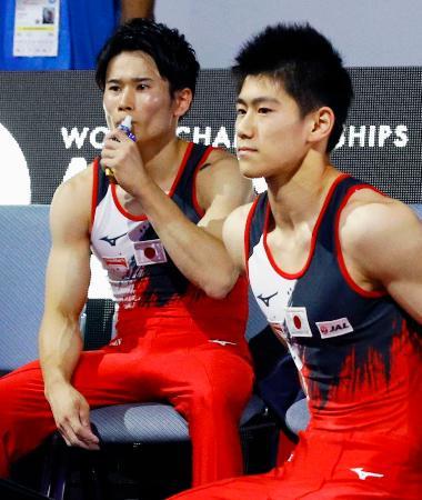 男子種目別決勝 あん馬の演技を終え得点を待つ橋本大輝。左は萱和磨=シュツットガルト(共同)