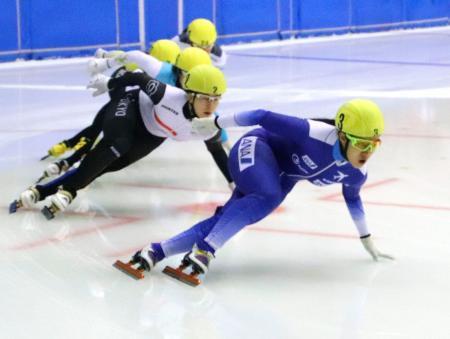 女子1000メートルで優勝した神長汐音(手前右)=帝産アイススケートトレーニングセンター