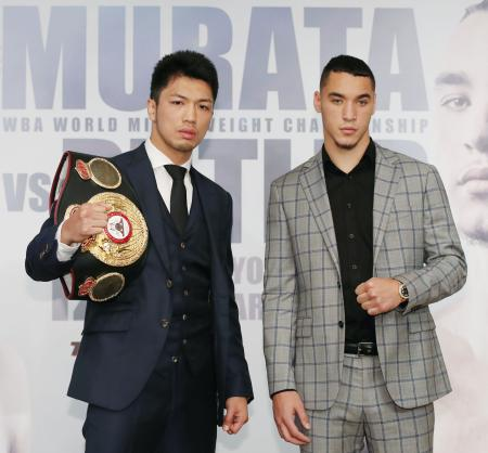 初防衛戦が決まり、記者会見でポーズをとるWBAミドル級王者の村田諒太(左)と挑戦者のスティーブン・バトラー=16日、東京都内のホテル