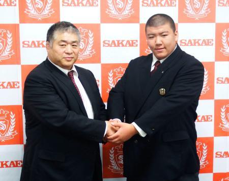 大嶽部屋への入門を表明し、大嶽親方(左)と握手する納谷幸成=16日、さいたま市