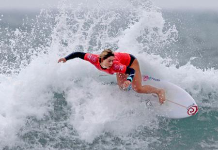 女子1回戦 波に乗る都筑有夢路=宮崎県日向市のお倉ケ浜海水浴場